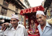 <p>Живое воплощение богини Кумари на фестивале колесниц в Катманду 17 мая 2008 года. Духовенство Непала выбрало живое воплощение богини Кумари, однако впервые за много веков ее некому утвердить. (REUTERS/Gopal Chitrakar)</p>