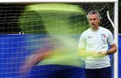 <p>L'allenatore Roberto Donadoni durante un allenamento della nazionale italiana allo stadio Suedstadt stadium in Austria. REUTERS/Tony Gentile</p>