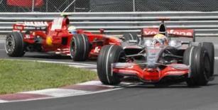 <p>O britânico Lewis Hamilton da  McLaren (dir) e o brasileiro Felipe Massa da Ferrari em sessão de treinos classificatórios para o Grande Prêmio do Canadá em Montreal. 7 de junho. Photo by Christinne Muschi</p>