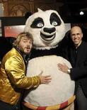 <p>Los espectadores en América del Norte mantuvieron un ánimo de pelea el fin de semana y se inclinaron por la película familiar de animación y artes marciales 'Kung Fu Panda', que encabezó la taquilla. La comedia de DreamWorks Animation sobre un oso panda que sueña con la gloria en la artes marciales superó los pronósticos de recaudación para los tres primeros días y consiguió 60 millones de dólares, dijo el domingo su distribuidor Paramount Pictures. Photo by Patrick Riviere/Reuters</p>