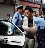 <p>Un hombre arrestado por matar a siete personas con un cuchillo en una concurrida calle comercial de Tokio publicó decenas de mensajes de advertencia en internet en las horas previas al ataque, informó el lunes la prensa japonesa. La policía japonesa arrestó a un hombre de 25 años (en la foto) cubierto de sangre que había entrado con un camión entre una multitud de personas el domingo en Akihabara, el mayor distrito de venta de electrónicos en Tokio, y luego caminó por la calle apuñalando gente al azar. Photo by Reuters Tv/Reuters</p>