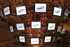 <p>El grupo coreano de tecnología Samsung lanzó el lunes un nuevo teléfono móvil inteligente de pantalla táctil, horas antes de que el presidente ejecutivo de su competidor Apple, Steve Jobs, al parecer anuncie una nueva versión de su equipo iPhone. Al igual que el móvil de Apple, el de Samsung hará más fácil la navegación por internet y tiene una pantalla más ancha para visualizar videos, además de más capacidad para música y una cámara de cinco megapixeles. Photo by (C) LEE JAE WON / REUTERS/Reuters</p>