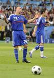 <p>Meia francês Franck Ribery (esquerda) reclama ao lado de Samir Nasri, durante partida da Euro 2008 contra a Romênia, em Zurique, no estádio Letzigrund, nesta segunda-feira. Photo by Dylan Martinez</p>