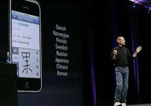 <p>La tecnológica estadounidense Apple presentó el lunes el iPhone de segunda generación, un elegante aparato negro con acceso más rápido a internet. El nuevo iPhone operará sobre redes inalámbricas de tercera generación (3G) e incluirá un navegador satelital. Photo by Kimberly White/Reuters</p>