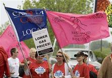 <p>General Motors employees hold signs outside its Canadian headquarters in Oshawa, Ontario June 4, 2008. REUTERS/Fred Thornhill</p>