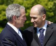 <p>Bush speaks conversando com o premiê da Eslovênia, Janez Jansa, em 10 de junho de 2008. Photo by Jason Reed</p>
