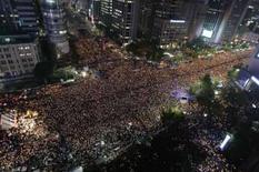 <p>Manifestantes sul-coreanos protestam contra acordo de importação de carne assinado pela Coréia do Sul com os EUA em Seul. Todos os membros do gabinete da Coréia do Sul apresentaram sua renúncia na terça-feira, devido a enormes protestos contra o presidente. Photo by Lee Jae-Won</p>
