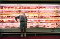 <p>Homem compracarne em supermercado do Rio. Foto de arquivo (Newscom TagID: rtrphotos098711)     [Photo via Newscom] Photo by $Byline$</p>