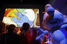 <p>Children watch a cartoon of the Smurfs at the start of a news conference in Brussels January 14, 2008. The Smurfs, those blue-skinned cartoon gnomes with short tails and white hats, are celebrating their 50th anniversary with a Hollywood movie deal announced on Tuesday by Columbia Pictures. REUTERS/Thierry Roge</p>