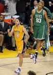 <p>Vujacic, do Lakers, comemora a cesta de três pontos em Los Angeles, 10 de junho de 2008. Photo by Chris Pizzello</p>