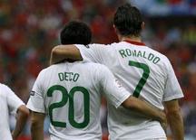 <p>I giocatori del Portogallo Cristiano Ronaldo (destra) e Deco festeggiano la vittoria di oggi contro la Repubblica ceca. REUTERS/Arnd Wiegmann</p>