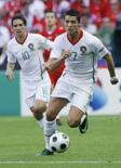 <p>C. Ronaldo leva Portugal à vitória por 3 x 1 sobre tchecos. Cristiano Ronaldo, visto por muitos como o principal candidato a melhor jogador da Eurocopa de 2008, marcou um gol e fez a jogada de outro na vitória de Portugal por 3 x 1 sobre a República Tcheca. 11 de junho. Photo by Denis Balibouse</p>