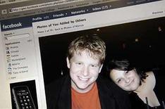 <p>ãDebería rechazar a un amigo en MySpace? ãCómo evitar a un antiguo amante en Facebook? No tenga miedo, la biblia de la etiqueta británica ha acudido al rescate de quienes participan en redes sociales y no saben qué hacer para comportase de acuerdo al decoro online. Photo by (C) JONATHAN ERNST / REUTERS/Reuters</p>