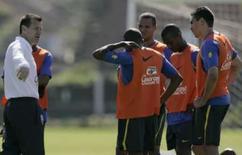 <p>Dunga mantém mistério, mas trio da Copa América é favorito. A seleção brasileira encerrou os quatro dias de treinamento na Granja Comary, nesta sexta-feira, sem que o técnico Dunga anunciasse a equipe que enfrentará o Paraguai, no domingo, mas o trio de volantes campeão da Copa América. 13 de junho. Photo by Bruno Domingos</p>