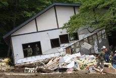 <p>Сотрудники полиции разбирают завалы в отеле Каманою-Онсэн Рёкан в Курихаре 15 июня 2008 года. Число жертв землетрясения в Японии выросло до 9 человек, 13 человек числятся пропавшими без вести, 200 человек получили ранения. (REUTERS/Issei Kato)</p>