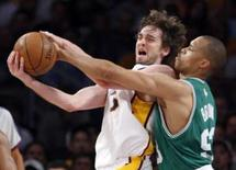 <p>Pau Gasol, do Los Angeles Lakers, e P.J. Photo by Lucy Nicholson</p>