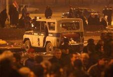 <p>Поврежденная полицейская машина во время протестов в Ереване 2 марта 2008 года. Национальное собрание Армении в понедельник учредило комиссию для расследования кровопролитных столкновений оппозиции и полицейских в марте, вслед за призывом Запада обнародовать информацию об обстоятельствах унесшей 10 жизней трагедии. (REUTERS/David Mdzinarishvili)</p>