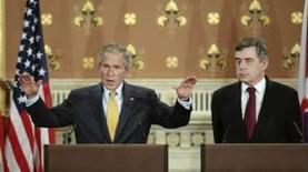 <p>O predidente dos EUA, George W. Bush (esq), e o primeiro ministro britânico Gordon Brown realizam conferência em Londres, dia 16 de junho. O Brasil, Índia e a China precisam fazer mais concessões em seus setores para obterem uma conclusão bem sucedida na rodada de Doha acerca das negociações sobre comércio global, afirmou Bush. Photo by Larry Downing</p>
