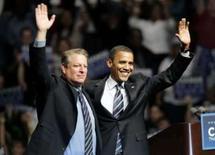 <p>Barack Obama e  Al Gore acenam durante evento de campanha em Detroit, 16 de junho. Photo by Rebecca Cook</p>