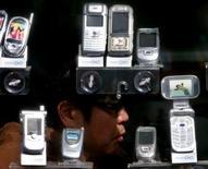 <p>Les fabricants de téléphones mobiles Samsung, LG et Sony Ericsson prévoient de solides ventes de combinés cette année, bravant le ralentissement de l'économie américaine et les prix record du pétrole, dont beaucoup craignent qu'ils ne grèvent la demande des ménages. /Photo d'archives/REUTERS/Kim Kyung-Hoon</p>