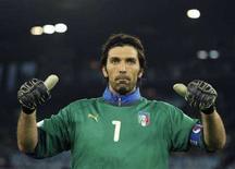 <p>Il portiere della Nazionale Gianluigi Buffon stasera a Zrigo durante la partita con la Francia. REUTERS/Dylan Martinez</p>