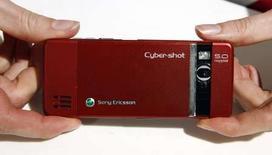 <p>Le mobile Sony Ericsson C902, équipé d'un capteur photo de 5 millions de pixels. Le constructeur nippo-suédois a dévoilé mardi un autre modèle à 8 millions de pixels, une première pour un téléphone mobile distribué à grande échelle. L'annonce constitue une nouvelle offensive des fabricants de combinés sur le terrain de celui des constructeurs d'appareils photo. /Photo prise le 14 février 2008/REUTERS/Albert Gea</p>
