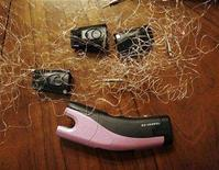 <p>A TASER C2, spent cartridges and the probes that are attached to the insulated conductive wires fired from the stun device lie on the dining room table in Phoenix, Arizona, May 22, 2008. REUTERS/Jeff Topping</p>