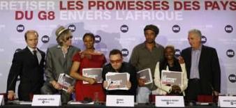 <p>Bono e Bob Geldof desafiam Sarkozy a cumprir promessas à África. Personalidades, entre elas o cantor Bono e Bob Geldof, em coletiva de imprensa do DATA. Os roqueiros ativistas desafiaram  o presidente francês Nicolas Sarkozy a aumentar a ajuda à África. 18 de junho. Photo by Benoit Tessier</p>