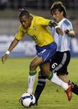 <p>Robinho (E) e Gabriel Heinze disputam lance em jogo entre Brasil e Argentina, em Belo Horizonte, na quarta-feira. Photo by Paulo Whitaker</p>