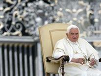 <p>Pope Benedict XVI leads his weekly general audience at Saint Peter's Square at the Vatican June 18, 2008. REUTERS/Chris Helgren</p>