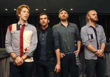 <p>La banda británica Coldplay durante la presentación de su disco 'Viva la vida' en Barcelona, España, 17 jun 2008.Coldplay logró el jueves por primera vez ocupar la cima del ranking de sencillos en Estados Unidos, mientras datos preliminares de ventas indican que la banda británica de rock lograría el primer puesto en la lista de álbumes la próxima semana. 'Viva La Vida', que ha sido presentado de manera importante en los comerciales para iTunes, saltó a la primera posición en la lista de los primeros 100 éxitos de Billboard, impulsado por la venta digital de 246.000 copias. Photo by Albert Gea/Reuters</p>