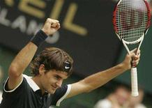 <p>Roger Federer of Switzerland celebrates beating Philipp Kohlschreiber of Germany during the final of the Halle Open ATP tennis tournament in the western German town of Halle near Bielefeld June 15, 2008. REUTERS/Wolfgang Rattay</p>