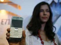<p>Una modelo muestra el Nokia E71 en un lanzamiento en Singapur, 16 jun 2008. El mayor fabricante mundial de teléfonos móviles, Nokia, dijo el lunes que acordó la compra de la red social de internet Plazes, como parte de su estrategia de mejorar sus servicios en la red. Plazes (http://www.plazes.com/) es un sitio web especializado en lugares, donde los usuarios se comunican para planear, registrar y compartir actividades sociales. Photo by (C) VIVEK PRAKASH / REUTERS/Reuters</p>