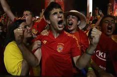 <p>Admiradores del equipo nacional de España celebran la victoria de la selección ante Itaila, en Madrid, jun 22, 2008. La serie de penales en la que la selección española de fútbol superó el domingo 4-2 a Italia para clasificar a los cuartos de final de la Eurocopa se convirtió en la emisión más vista de la historia de la televisión española, informó la consultora Barlovento. La definición fue seguida por una media de 15,372 millones de espectadores, con una cuota de pantalla del 77,5 por ciento, y superó al programa más visto hasta la fecha, la votación de Eurovisión con la cantante española Rosa en mayo de 2002, dijo el lunes Barlovento. Photo by Juan Medina/Reuters</p>