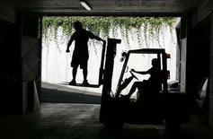 <p>Operai alle prese con il muletto in un cantiere di Roma. REUTERS/Max Rossi (ITALY)</p>