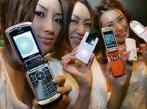 <p>Modelos exhiben teléfonos móviles 3g en Tokio, Japón,4 jul 2006.Los operadores europeos de telefonía móvil han superado la barrera de los 100 millones de suscriptores en sus redes de tercera generación (3G), dijo el martes la firma de investigación de mercado Informa Telecoms and Media. A finales de mayo, Europa tenía 101,5 millones de clientes a la red 3G, de un total de 910,8 millones de suscriptores móviles, lo que supone un 11,1 por ciento de penetración de mercado, según Informa. Photo by (C) YURIKO NAKAO / REUTERS/Reuters  REUTERS/Yuriko Nakao (JAPAN)</p>