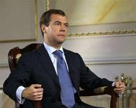 <p>Российский президент Дмитрий Медведев во время интервью Рейтер в Москве 23 июня 2008 года. Бедность и коррупция - главные внутренние угрозы для России, сказал в интервью Рейтер Медведев. По его мнению, изжить эти проблемы помогут экономические стимулы и перестройка ментальности избирателей. (REUTERS/Grigory Dukor)</p>