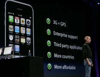 <p>Présentation de l'IPhone 3G par le patron d'Apple, Steve Jobs. Orange commercialisera le nouveau combiné de la firme à la pomme le 17 juillet. /Photo prise le 9 juin 2008/REUTERS/Kimberly White</p>