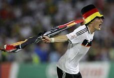 <p>Игрок сборной Германии Бастиан Швайнштайгер радуется победе в полуфинале Евро-2008 в Базеле 25 июня 2008 года. Сборная Германии по футболу видит себя чемпионом Европы после напряженнейшего матча с командой Турции, в котором немцы буквально вырвали победу на 90-й минуте встречи (REUTERS/Stefan Wermuth)</p>