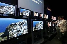 <p>Sony va investir 1.800 milliards de yens (10 milliards d'euros environ) sur les trois prochaines années afin de prendre la première place du marché des téléviseurs LCD et d'accélérer les ventes de ses matériels vidéo de haute définition. /Photo d'archives/REUTERS/Toshiyuki Aizawa</p>