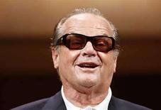 <p>El actor Jack Nicholson sonríe durante una conferencia de prensa para promocionar su filme 'The Bucket List' en Tokio, abr 30 2008. Las estrellas del cine, acostumbradas sostener a una educada rivalidad por los roles codiciados y la gloria del Oscar, están tomando bandos en una cada vez más amarga disputa laboral entre dos sindicatos de actores de Hollywood. El Sindicato de Actores de Cine y Televisión, con más afiliados, enlistó esta semana a miembros reconocidos como Jack Nicholson (en la foto), Ben Stiller y Nick Nolte en su campaña por hundir el pacto negociado por la Federación de Artistas Estadounidenses de Radio y Televisión (AFTRA, por su sigla en inglés). Photo by (C) KIM KYUNG HOON / REUTERS/Reuters</p>