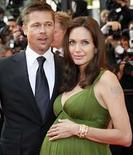 <p>Los actores Brad Pitt y Angelina Jolie (ambos en la foto) donaron un millón de dólares para ayudar en la educación de los niños afectados por la guerra en Irak, tanto en ese país como en Estados Unidos, informó el miércoles una organización benéfica. La Fundación Jolie-Pitt donó 500.000 dólares a tres grupos en la nación arrasada por la guerra, dinero destinado a ayudar a unos 5.700 niños, dijo la organización Education Partnership for Children of Conflict, que es copresidida por Jolie. Photo by (C) JEAN-PAUL PELISSIER / REUTERS/Reuters</p>