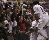 <p>Meia da LDU Patricio Urrutia comemora com companheiros gol marcado na vitória de 4 x 2 de sua equipe sobre o Fluminense, no jogo de ida da final da Copa Libertadores, em Quito, na quarta-feira. Photo by Jose Miguel Gomez</p>