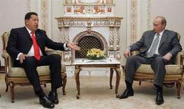 <p>Экс-президент России Владимир Путин и лидер Венесуэлы Уго Чавес на переговорах в подмосковном Ново-Огарево, 28 июня 2007 года. Россия рассчитывает увидеть у себя венесуэльского президента Уго Чавеса и хочет обсудить с Венесуэлой инвестиции своих компаний, сообщил премьер-министр Владимир Путин. (REUTERS/Pool)</p>