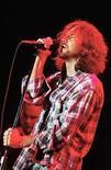 <p>Fotografía de archivo de Eddie Vedder, líder de la banda estadounidense Pearl Jam en España,3 sept 2006.La banda grunge estadounidense Pearl Jam reclutó al antiguo guitarrista de Kiss Ace Frehley y al bajista de Ramones C.J. Ramone como invitados para su presentación del viernes en el Madison Square Garden. Frehley interpretará la primera guitarra en la canción de Kiss 'Black Diamond', en la que cantará el baterista Matt Cameron junto al guitarrista Mike McCready, un declarado seguidor de Frehley que entonará la primera estrofa. Photo by (C) VINCENT WEST / REUTERS/Reuters</p>