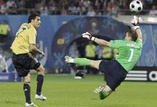 <p>Испанец Гуиса (слева) забивает гол в российские ворота. Сборная Испании выиграла у команды России полуфинальный матч чемпионата Европы со счетом 3:0 и вышла в финал. (REUTERS/Kai Pfaffenbach)</p>