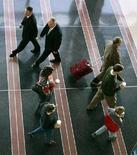 <p>Passeggeri all'aeroporto Ronald Reagan a Washington. REUTERS/Larry Downing</p>