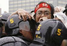 <p>Un manifestante contro il G8 di Hokkaido partecipa ad una protesta a Tokyo. REUTERS/Toru Hanai</p>