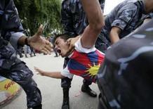 <p>Policiais prendem ativista tibetano e outros protestantes perto da embaixada chinesa em Katmandú. dia 27 de junho. Representantes do governo chinês e do líder espiritual do Tibet, Dalai Lama, que vive no exílio, irão retomar conversações em julho, informou a agência oficial de notícias chinesa, a Xinhua, neste domingo. Photo by Deepa Shrestha</p>
