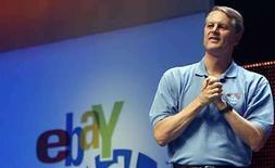 <p>El presidente ejecutivo de Ebay, John Donahie, realiza un discurso en Chicago, Illinois, 20 jun 2008. Un tribunal francés ordenó el lunes al sitio de subastas en internet eBay el pago de 38,6 millones de euros (61 millones de dólares) en concepto de compensaciones al grupo de objetos de lujo LVMH, por permitir la venta de artículos falsificados. La decisión se dio a conocer un mes después de que otro tribunal francés ordenara a eBay pagar 20.000 euros al fabricante de bolsos Hermès por permitir la venta de copias de sus productos, en el último capítulo de una larga batalla entre los fabricantes de objetos de lujo y la casa de subastas. Photo by (C) FRANK POLICH / REUTERS/Reuters</p>